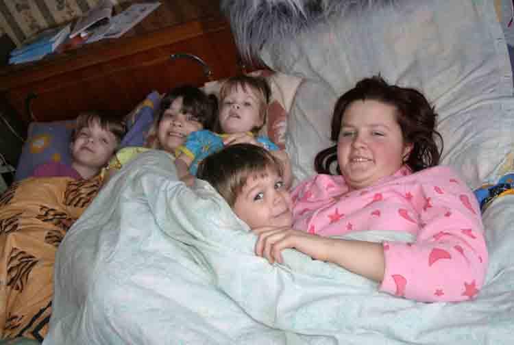 Фото ласки мамы и сына в постели 10 фотография