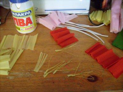 Нарезаю бумагу для лепестков, режу ленту на 5-6, но не отрезаю до конца, чтобы не нужно было все лепестки в кучу собирать. Для тычинок использую белую и жёлтую бумагу, тоже нарезаю и пальцами скручиваю в тонкие тычинки. - Изображение 050.jpg