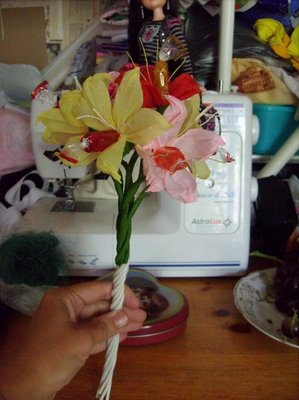 Лепестки пальцами сжимаю на кончиках, между пальцами если покрутить, то они приобретают натуральную форму загнутого лепеска. Когда все цветы сделаны, собрала их в такой букет и закрутила провод. Потом загнула его вверх, положила пучок сизаля такая сухая травка и обернула флизелиновой бумагой. Завязала ленту и готов букетик :  - Изображение 054.jpg