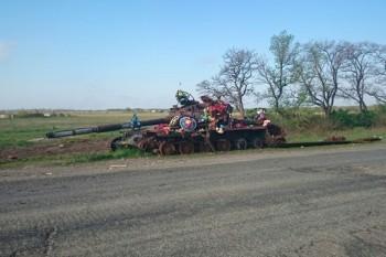 Обсуждение ситуации на Украине - 5 - Танк под Новосветловкой.jpg