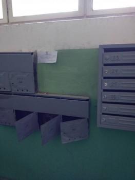 Старые ящики частично сорвали и прицепили новые, подписав их - IMG_20170429_115033.jpg