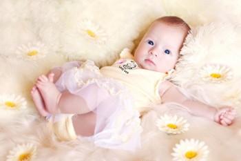 Весенние цветочки, дочки и сыночки 2019 - depositphotos_7033204-stock-photo-cute-baby-lies-in-the.jpg