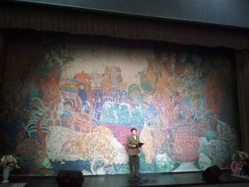 Директор школы на фоне уникального занавеса, сделанного по эскизам декораций к балету Жар- птица на музыку Игоря Стравинского. - A500_20190905_172543.jpg