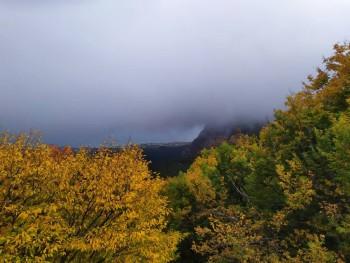 На обратной дороге облака в считанные минуты окутали горы....так необычно было наблюдать, как они окутывают припаркованные машины на стоянке..... - IMG_20190919_152128.jpg